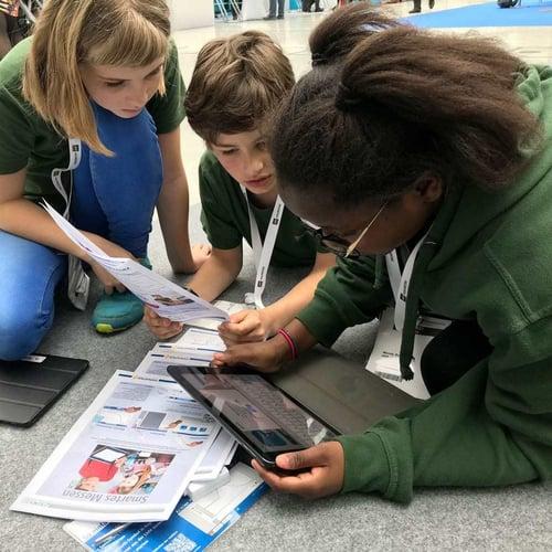 SchülerInnen beim Arbeiten mit edu-iPads